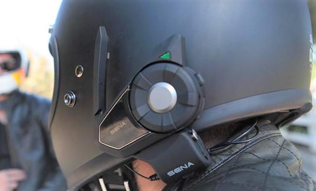 casco con intercomunicador en funcionamiento